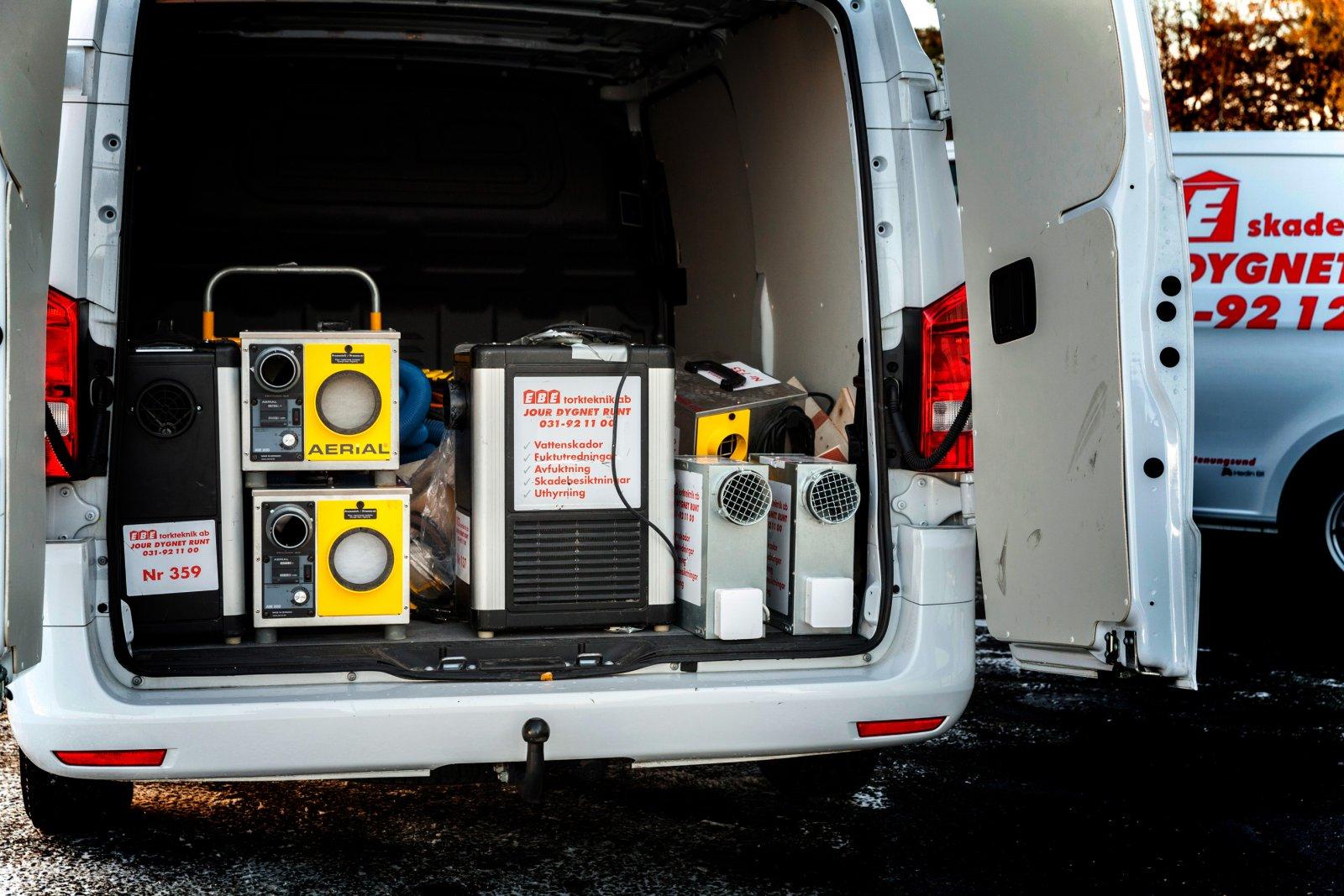 Bilarna är ofta lastade med tunga maskiner som avfuktare, byggvärmare och fuktmätningsutrustning.