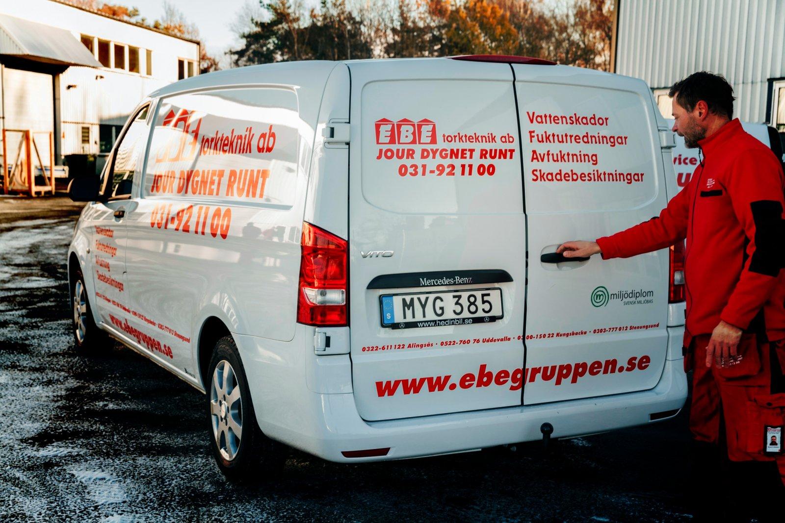 Företaget har jour dygnet runt och finns i Göteborg, Torslanda, Lysekil, Uddevalla, Alingsås, Stenungsund och Kungsbacka. Här är Magnus Lökkeberg redo för avfärd.