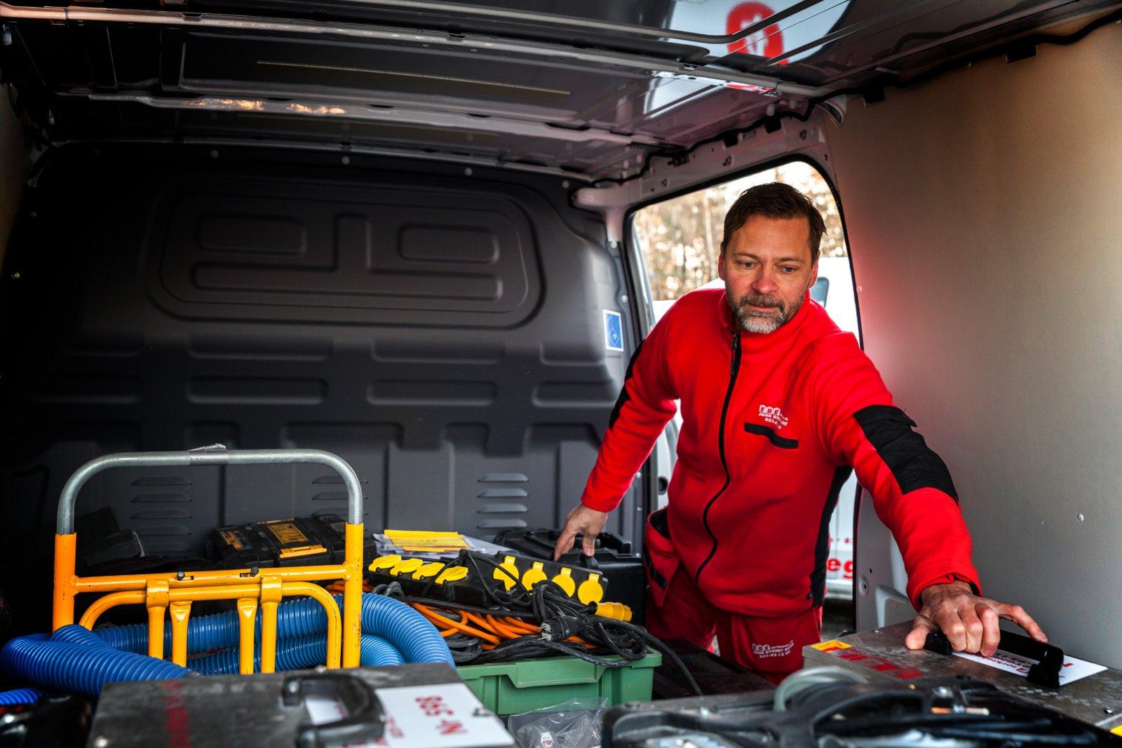 Magnus Lökkeberg på EBE Gruppen packar in utrustning i en av bilarna.