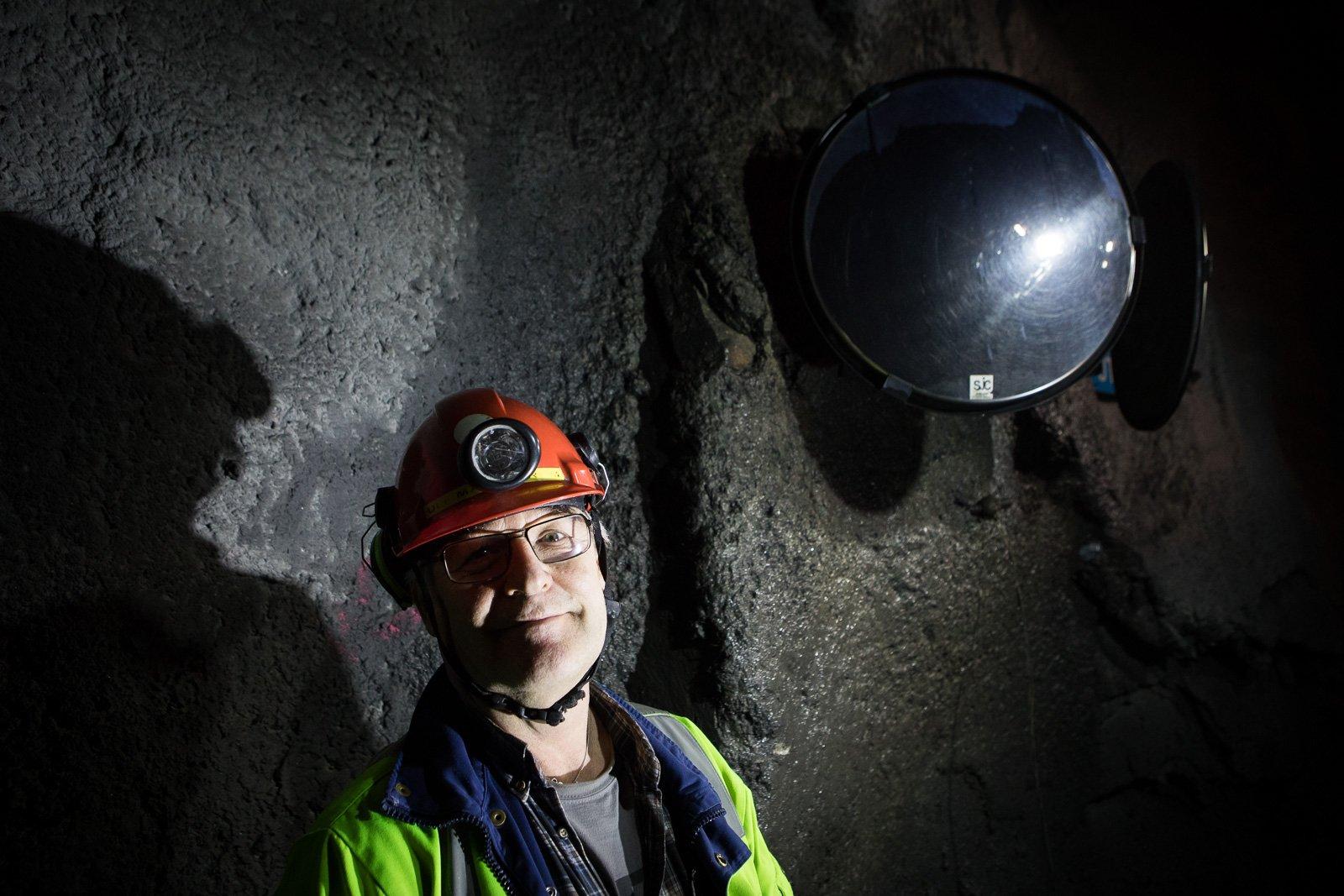 Ulf Markström tvättar skyltar och speglar i LKAB's gruva i Malmberget fem dagar i veckan.