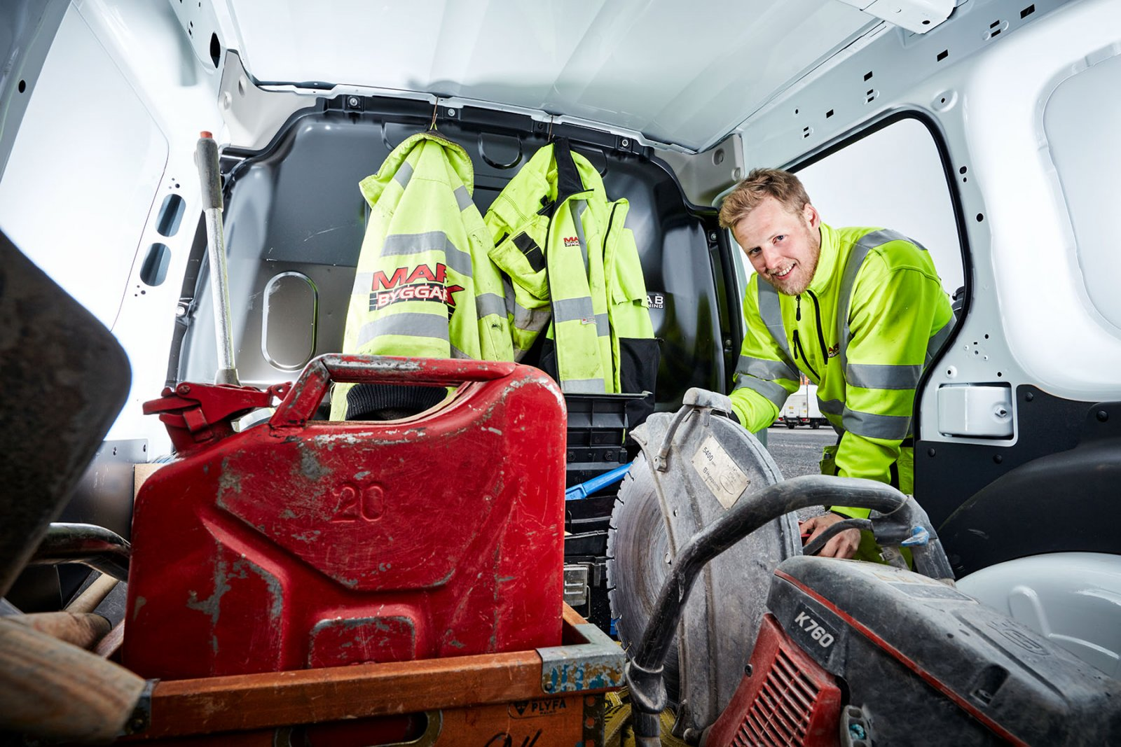 Mycket verktyg ska rymmas i bilarna, här Niklas Svahn. Foto: Patrik Svedberg