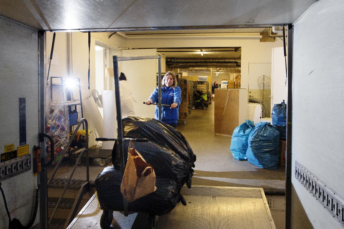 När det ska lastas och lossas backas bilen in till lossningsbryggan på Grönegatan i Malmö. Foto: Jenny Leyman
