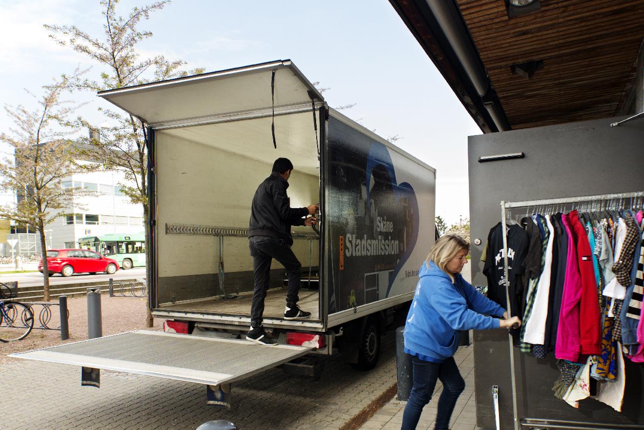 Ny leverans till secondhandbutiken i köpcentret Mobilia. Foto: Jenny Leyman