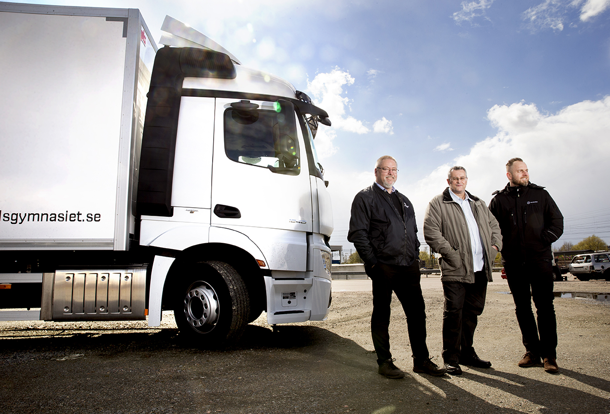Jan Andersson, Nazim Elmazoski och Admir Begovic är nöjda med den specialbyggda lastbilen. Foto: Emil Malmborg