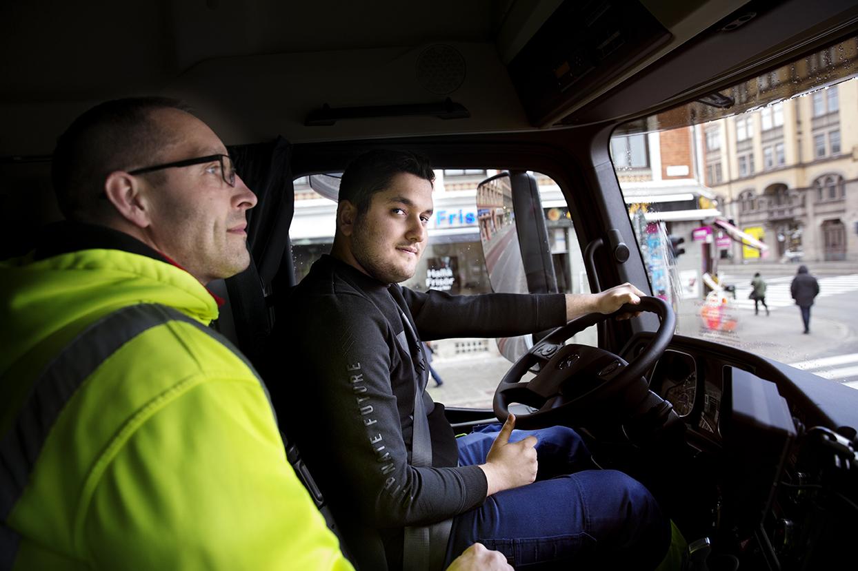 """Ibrahim """"Ibbe"""" Fakhro övar stadskörningstrafik. I förgrunden Alex Weiffert, lärare i transportteknik, Foto: Emil Malmborg"""
