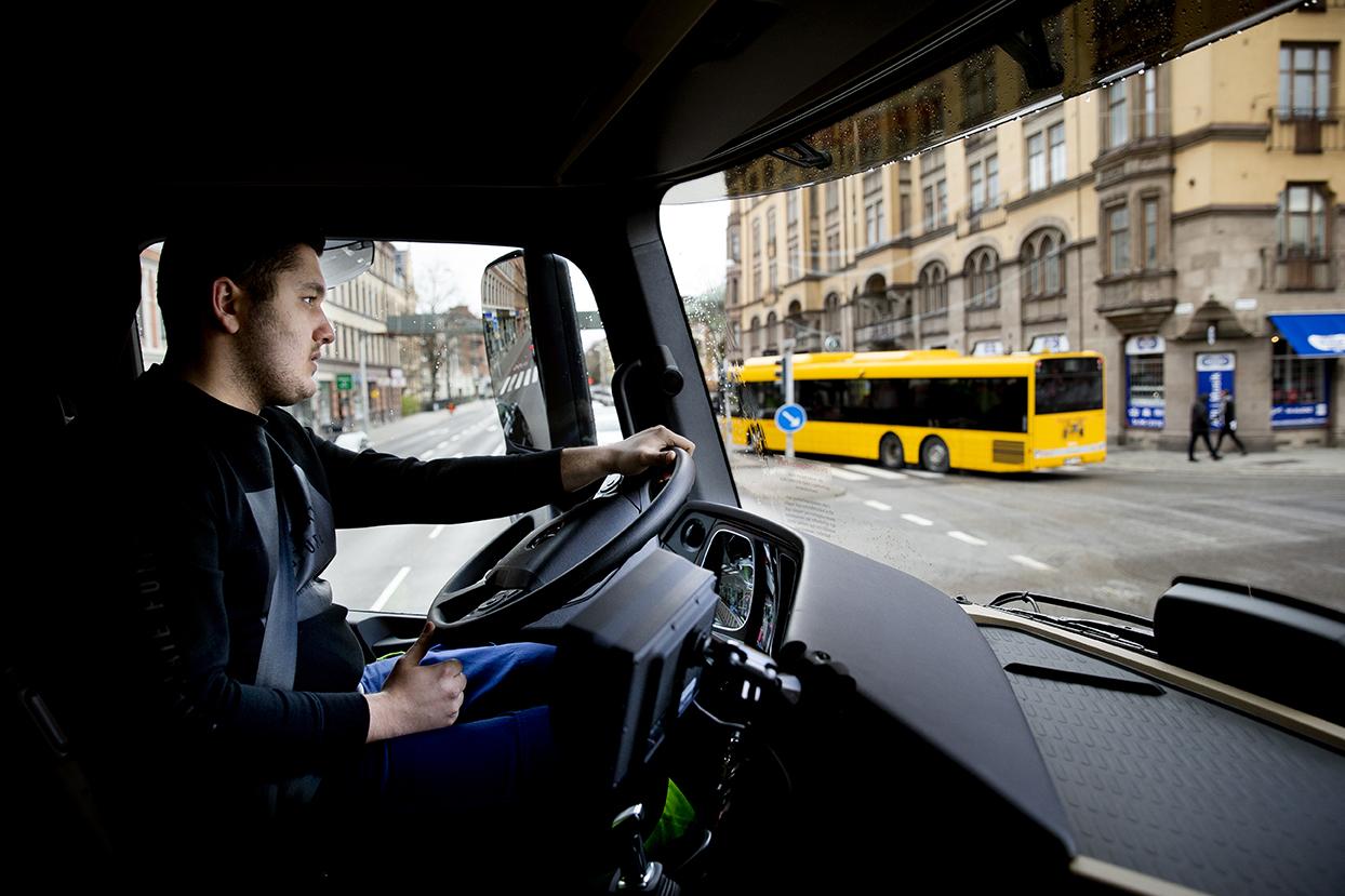 """Ibrahim """"Ibbe"""" Fakhro går i trean på Transportprogrammet och övar stadskörningstrafik i centrala Malmö med den nya lastbilen. Foto: Emil Malmborg"""
