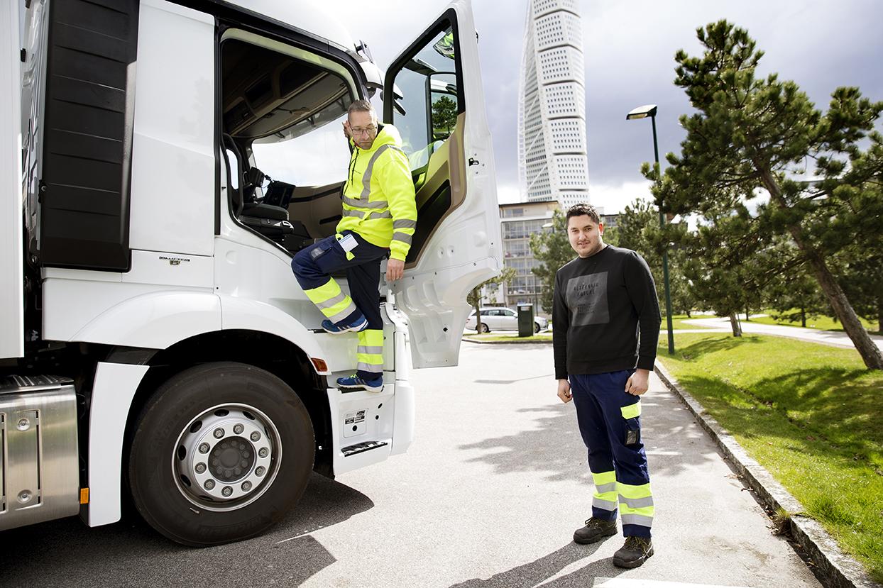 Alex Weiffert, lärare i transportteknik, med eleven Ibrahim Fakhro vid Turning Torso i Malmö. Foto: Emil Malmborg