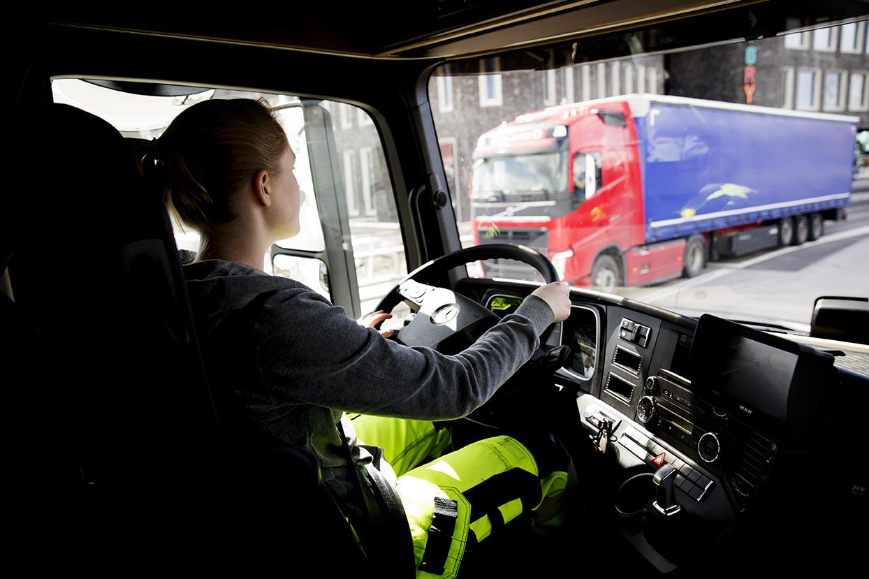 Det blir allt vanligare med tjejer som tar lastbilskörkort – bilarna kräver inte samma muskelstyrka som förr. Foto: Emil Malmborg