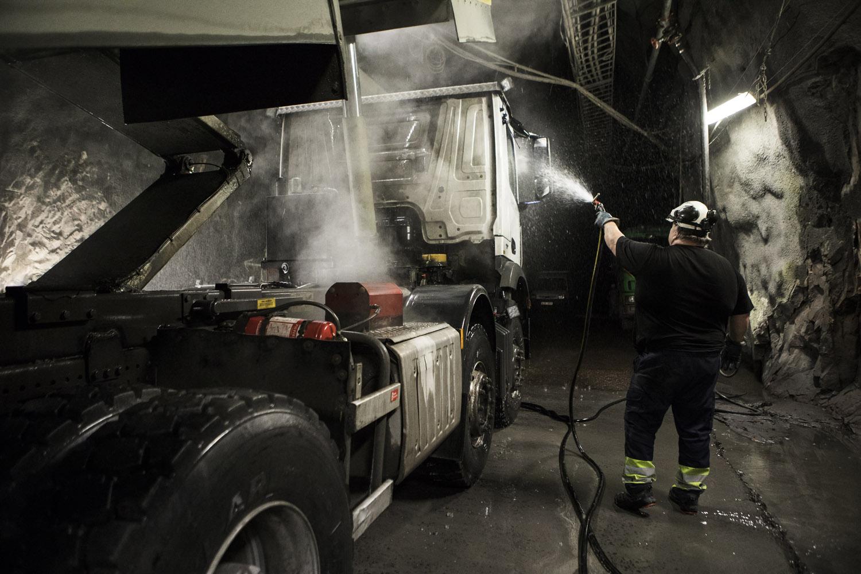 I så kallade serviceorter på olika djup utför man löpande underhåll, service och reparationer.