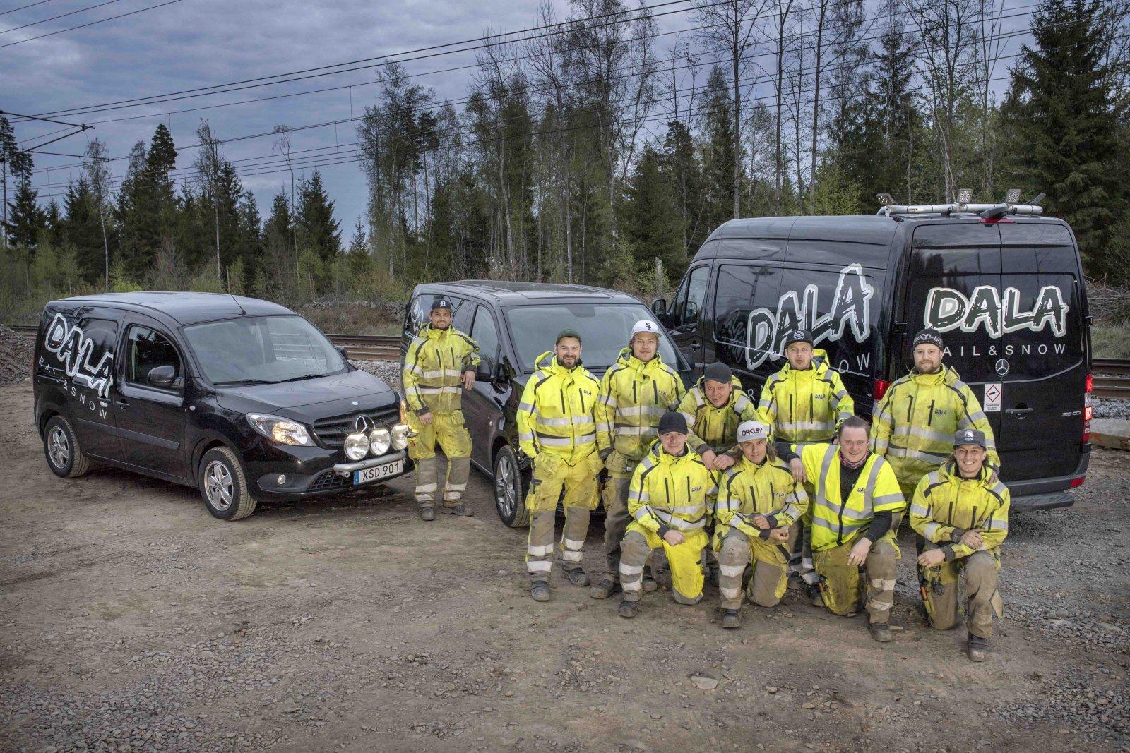 Ett av arbetslagen från Dala Rail & Snow tillsammans med två Citat och en Sprinter. Foto: Stefan Nilsson