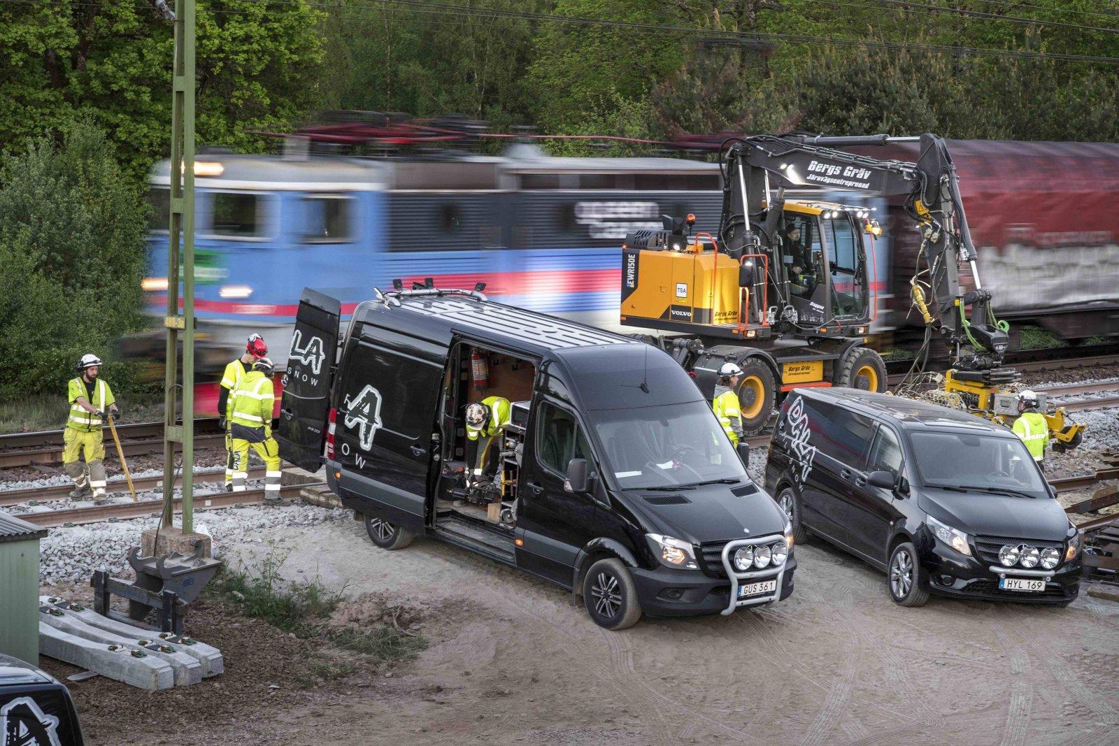 Närheten till järnvägsspåren är farlig och det gäller att säkra arbetsplatsen. Här spårbyte utanför Växjö. Foto: Stefan Nilsson