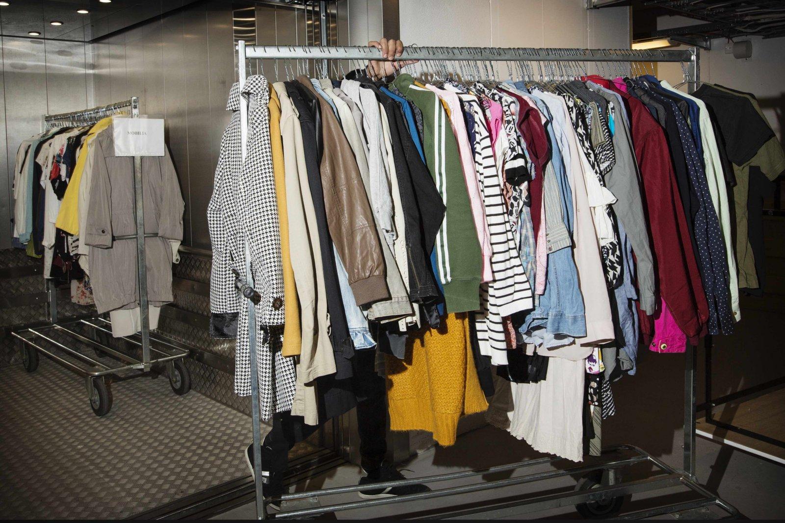 Skånes Stadsmission får in ett ton textilier varje dag. Foto: Jenny Leyman.