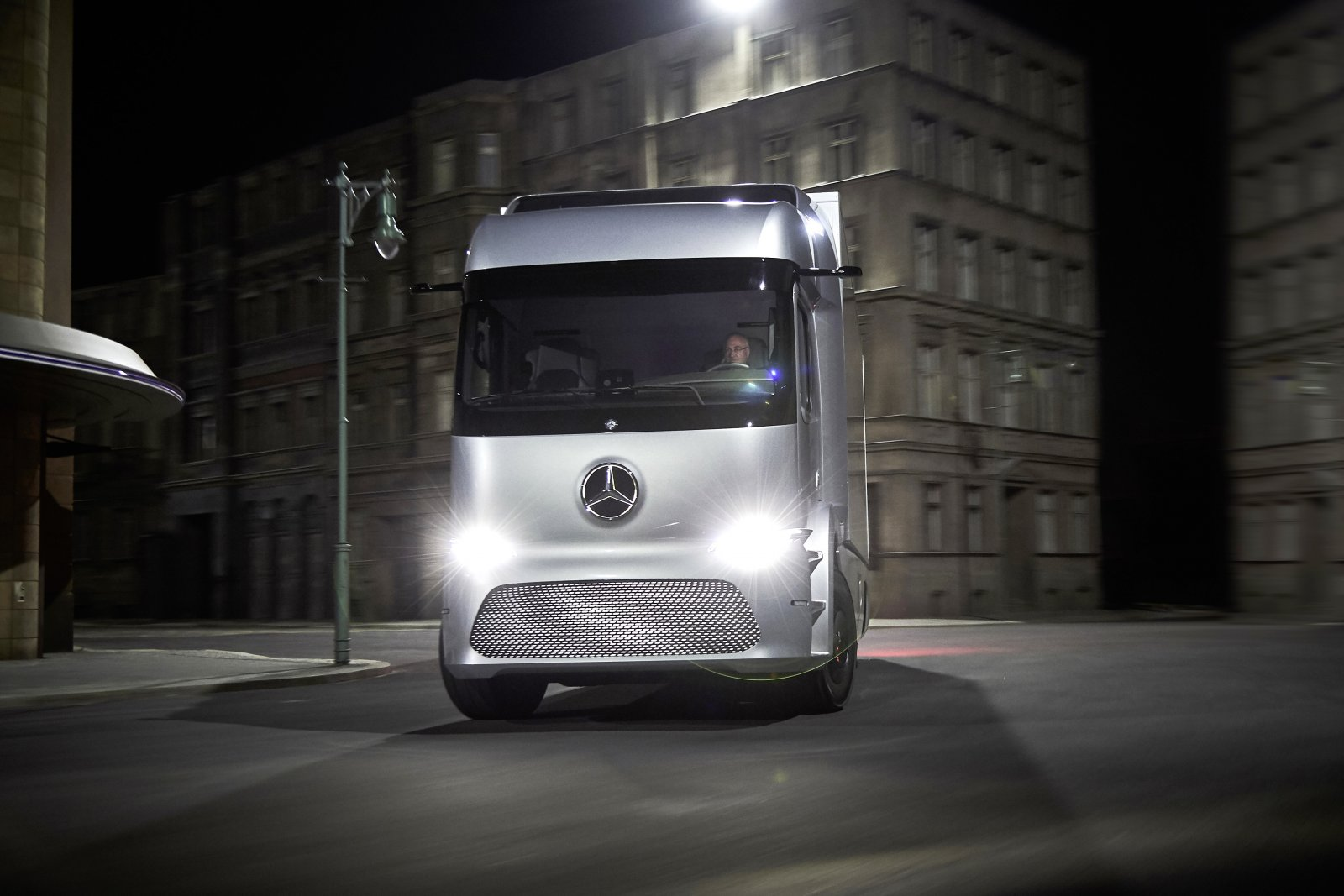Mercedes-Benz urban eTruck, Exterieur, Silver Arrow metallic, dreiachsiger Verteiler-Lkw, 2 x 125 kW, 2 x 500 Nm, 3 Module Lithium-Ionen-Batterien, Gesamtkapazität: 212 kWh, elektrisch angetriebene Hinterachse, Reichweite: bis zu 200 km, zul. Gesamtgewicht: 26 t Mercedes-Benz urban eTruck, Exterior, silver arrow metallic, three-axle short-radius distribution truck, 2 x 125 kW, 2 x 500 Nm, 3 modules of lithium-ion batteries, total capacity: 212 kWh, electrically driven rear axle, operating range: up to 200 km, permissible gross vehicle weight: 26 t