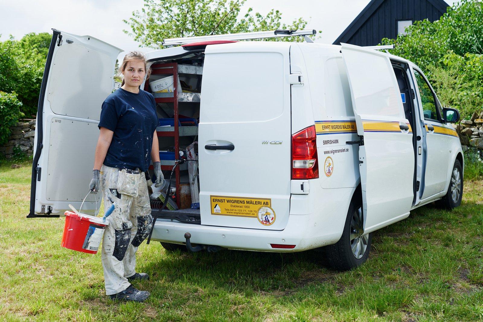 Jennie Ekblad med Ernst Wigren Måleri AB:s Sprinter. Foto: Peter Carlsson
