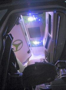 Hyttinredning i Bjurholm och går i svart, vitt och ljusgrönt knappstoppat skinn. På undersidan av den uppfällbara överslafen sitter en ljusgrön Mercedesstjärna