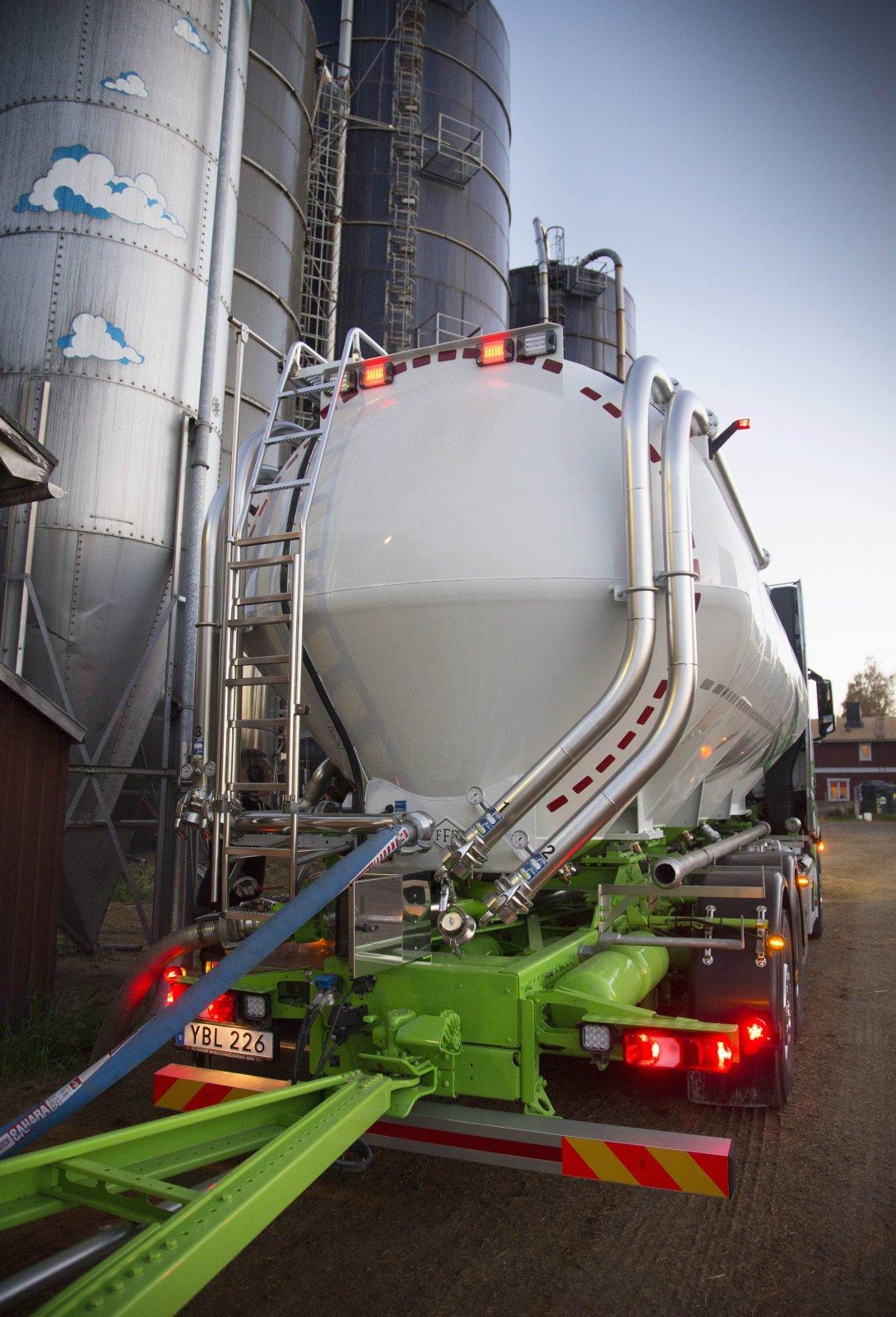 Lastbilens aluminiumtank rymmer 35 kubik fördelat på fyra fack medan släptanken rymmer 55 kubik fördelat på fem fack. Foto: Joachim Cruus