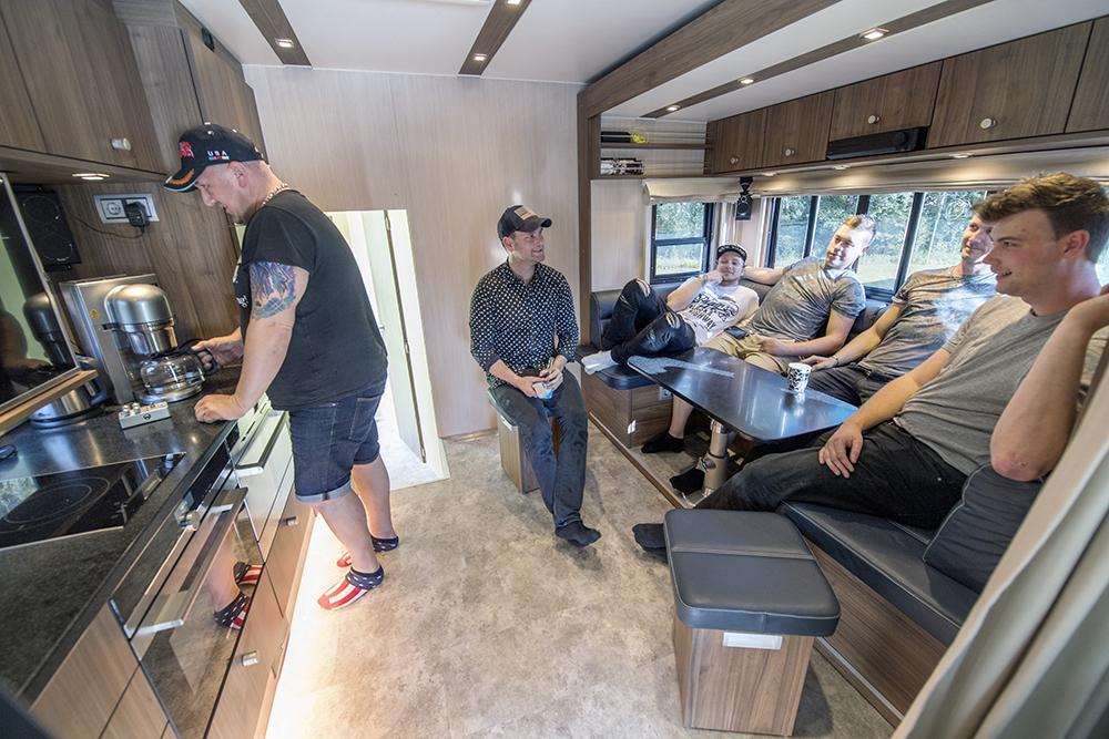 """- Bussen är vårt hem när vi är på turné. Här har vi allt vi behöver, säger Donald """"Donne"""" Laitila i Donnez."""
