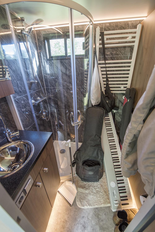 Badrummet i bussen får ibland också husa instrument precis innan en spelning.