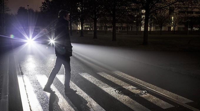 Den nya strålkastartekniken kan till och med projicera budskap på vägbanan.