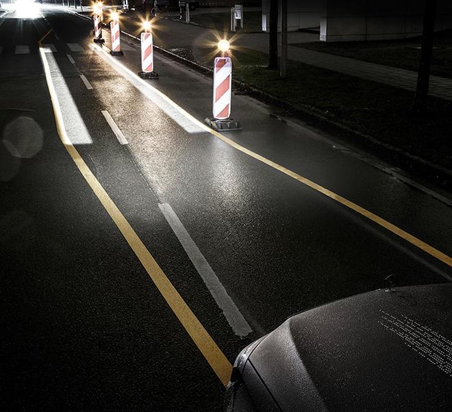 Upp till två miljoner mikrospeglar ger helt nya möjligheter för bilens strålkastare att inte bara lysa exakt där det behövs – utan till och med projicera budskap på vägen eller till medtrafikanter.