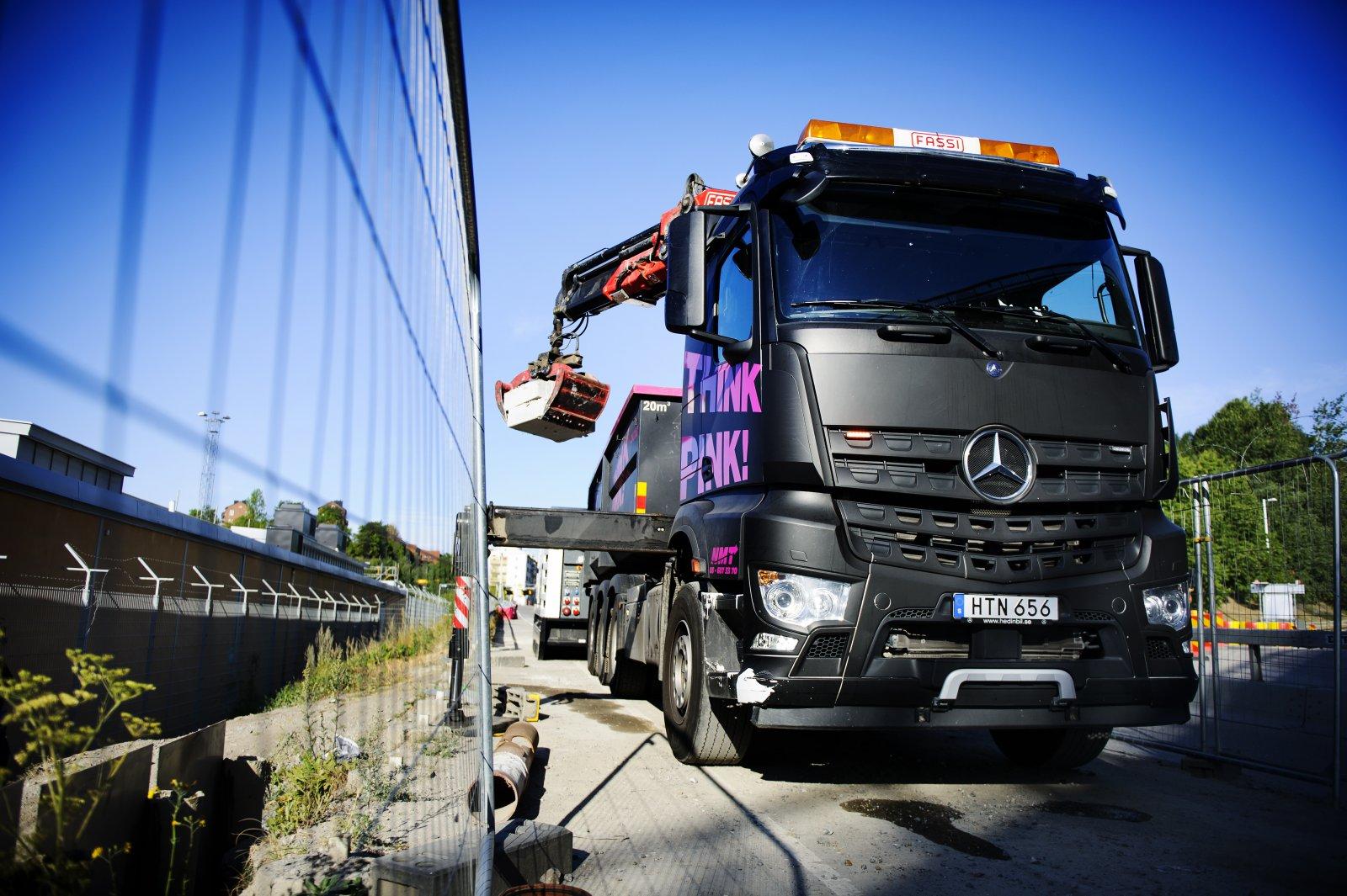 """NMTs Mercedeslastbilar som hämtar både """"big bag""""-säckar och andra leveranser. FOTO: ANNIKA AF KLERCKER"""
