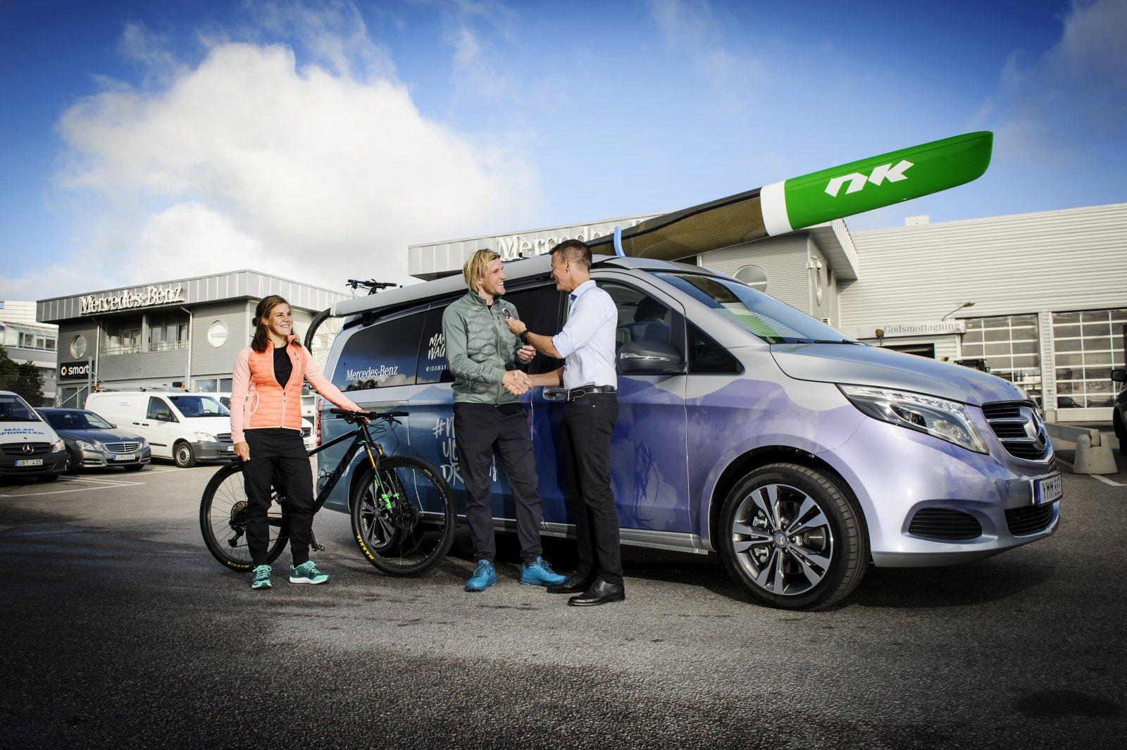 Äventyrarna Staffan Björklund och Marika Wagner hämtar ut sin Mercedes-Benz Marco Polo på Upplands Motor i Akalla.