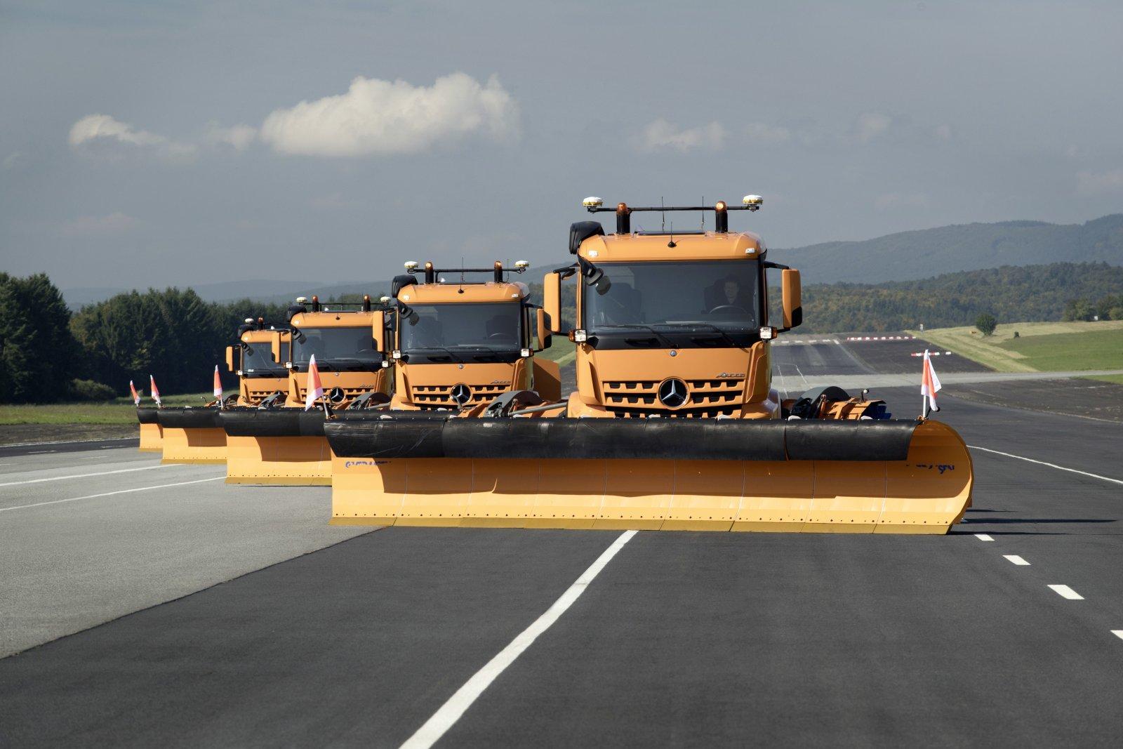 Fyra Mercedes Arocs är sammanlänkade i en konvoj där en enda förare kan sköta hela snöröjningen ensam.