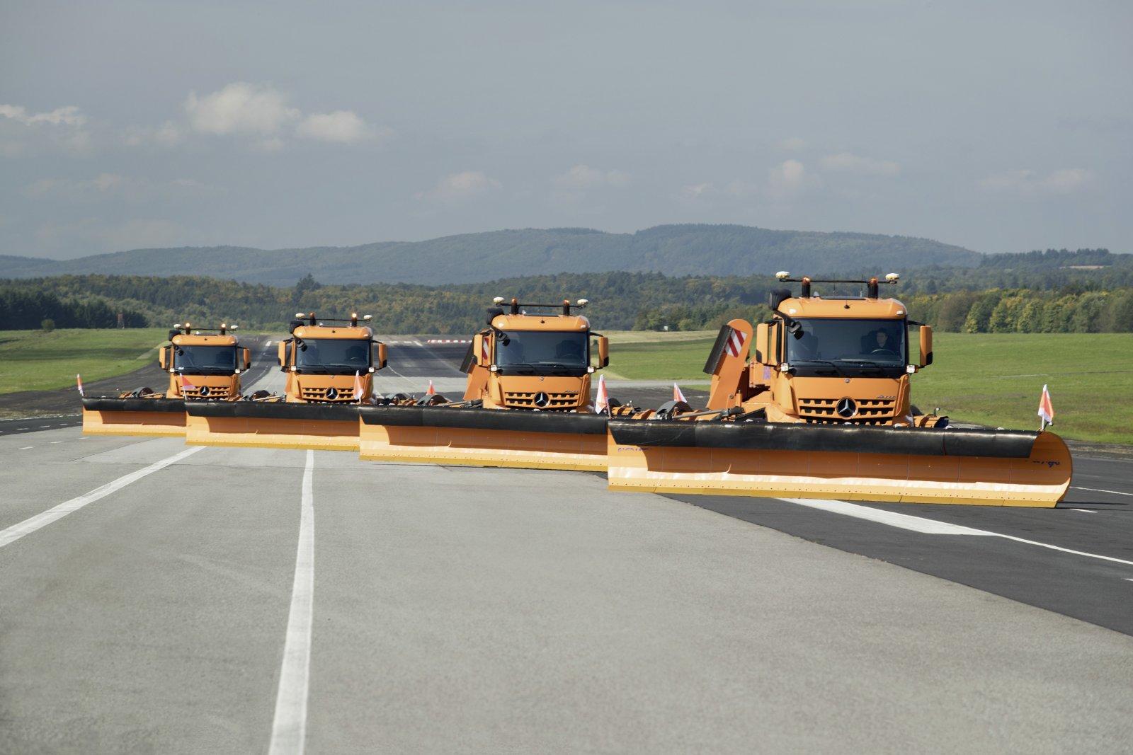 De fyra 25 meter långa ekipagen med sina 8 meter breda plogar är en mäktig syn när de rullar nerför landningsbanan.