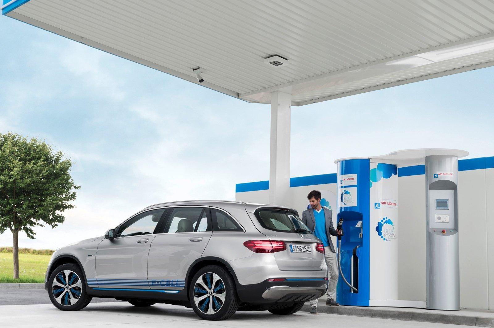 Daimler har, tillsammans med H2 Mobility joint venture, skapat en handlingsplan för att påskynda utvecklingen och utbyggnaden av laddstationer och tankstationer för väte.