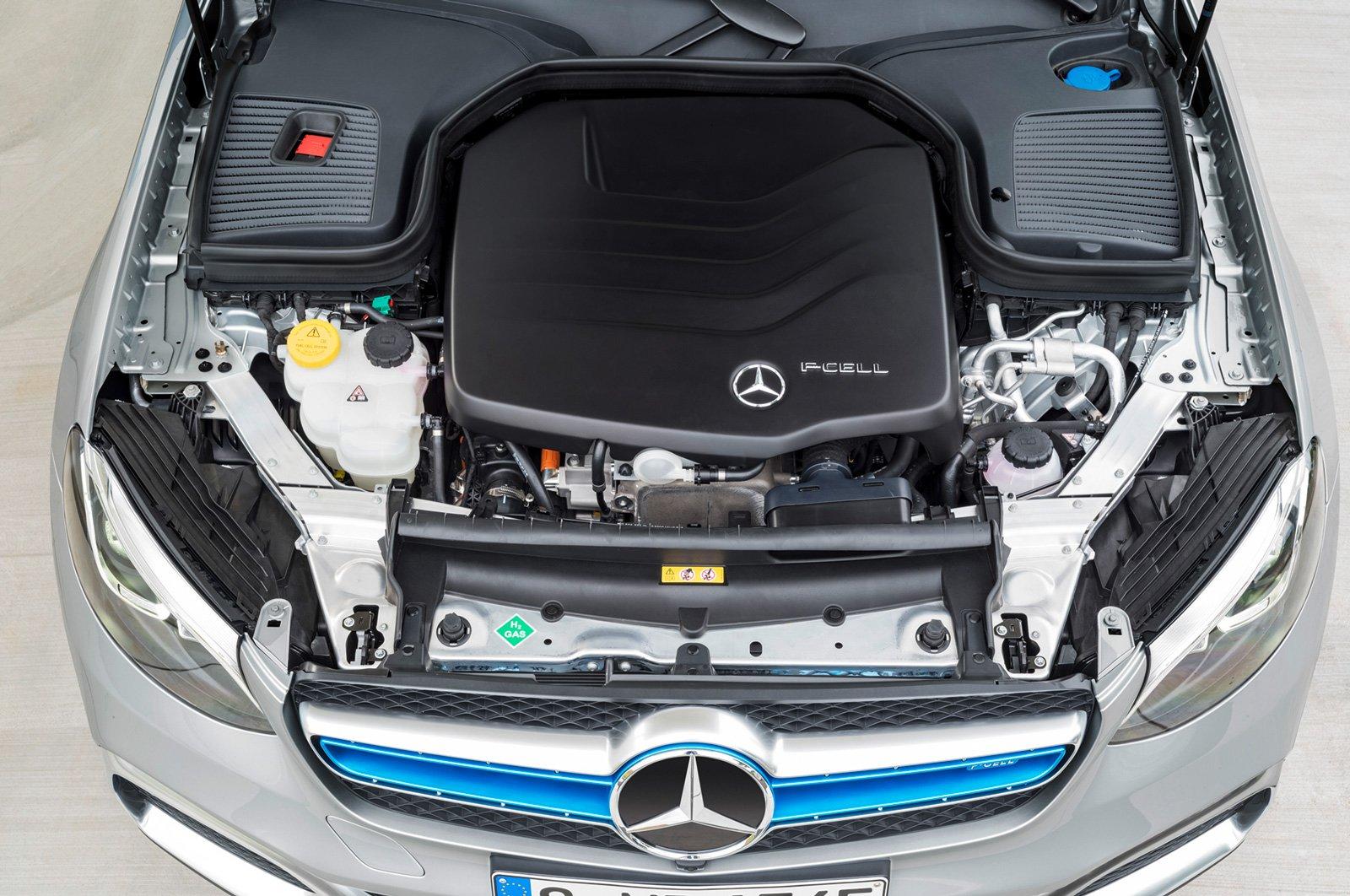 ränslecellsmotorn får på så sätt plats i motorhuven och är upphängd som en konventionell motor. Den ena vätetanken har placerats dä kardanaxeln i normala fall sitter, medan den andra återfinns under baksätet. Batterier sitter under lastutrymmet.