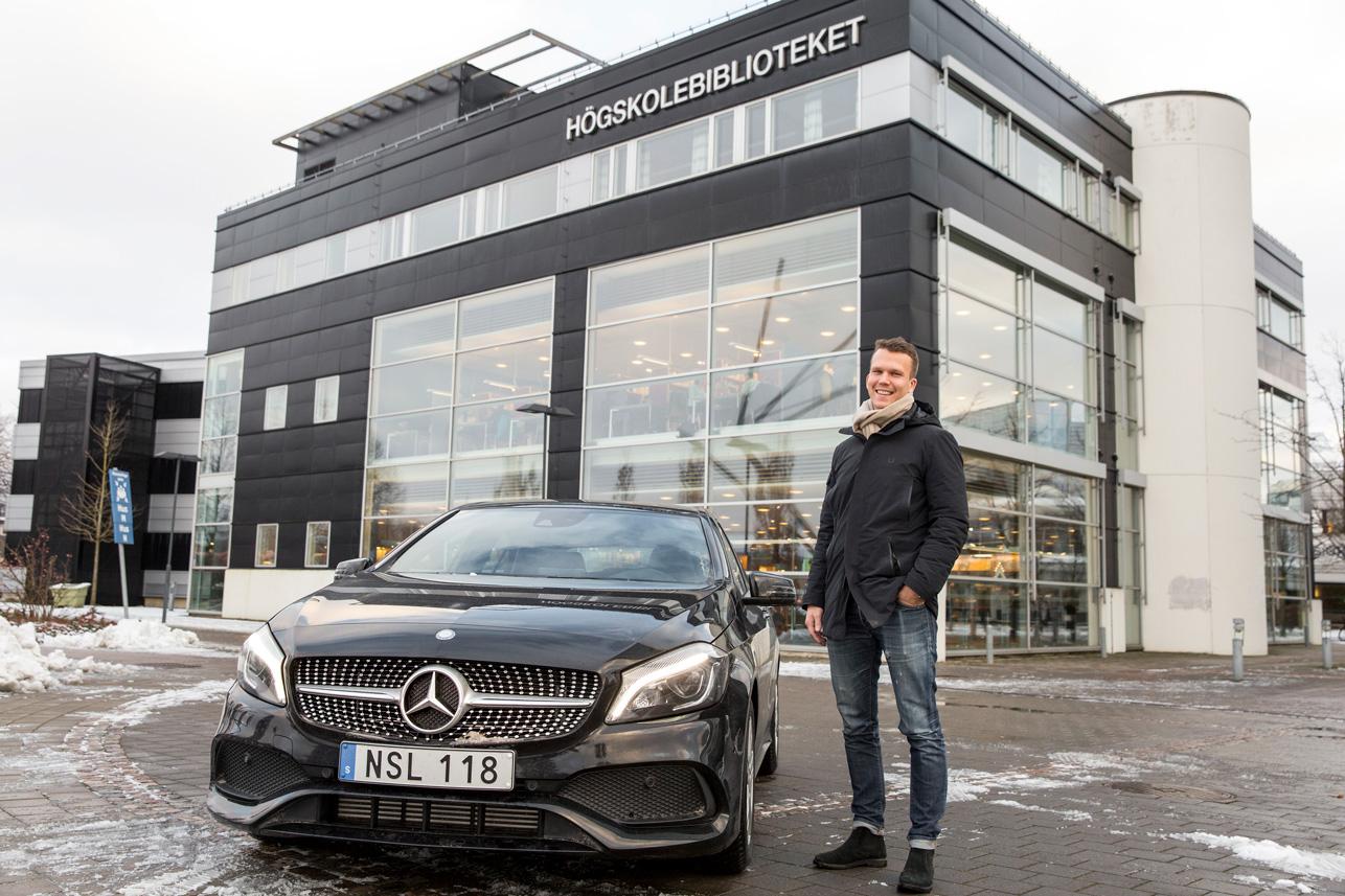 Harley Ljungdahl pluggar ekonomi på högskolan i Halmstad, driver eget företag och kör en ny Mercedes.