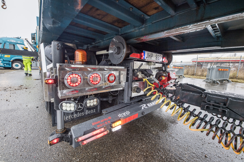 Mycket rostfritt ger en fräsch inramning till belysning och kopplingar bak på bilen.