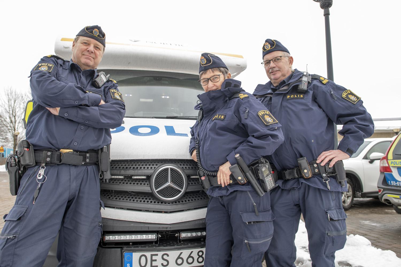 Polisinspektörerna Hans Berggren (till vänster), Lisbeth Kjellner och Roger Olofsson på plats med den nya Mercedes Sprintern i Nossebro.