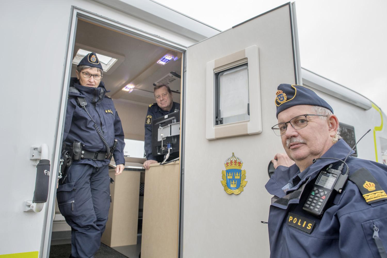 Hans Berggren (till höger) och Lisbeth Kjellner på väg ut på patrullering med polisbilen, eller radiobilen som poliserna själva kallar personbilen som är med och gör det mobila poliskontoret komplett. Roger Olofsson stannar kvar och bemannar husbilen.