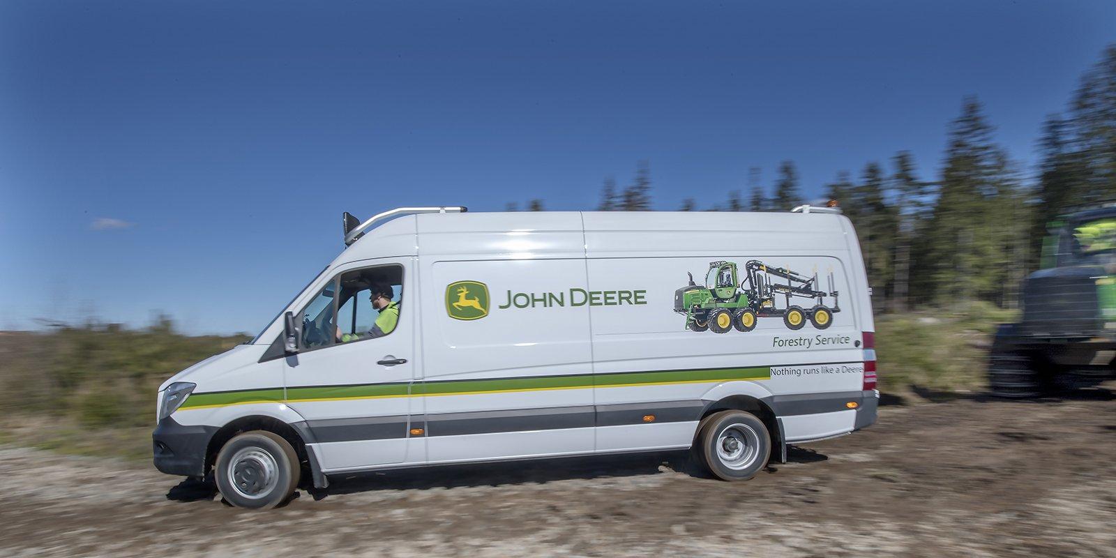 De vita skåpbilarna i Jönköping är en del av en betydligt större flotta av Mercedes-Benz Sprinter som används av John Deere Forestry ute i hela Sverige.