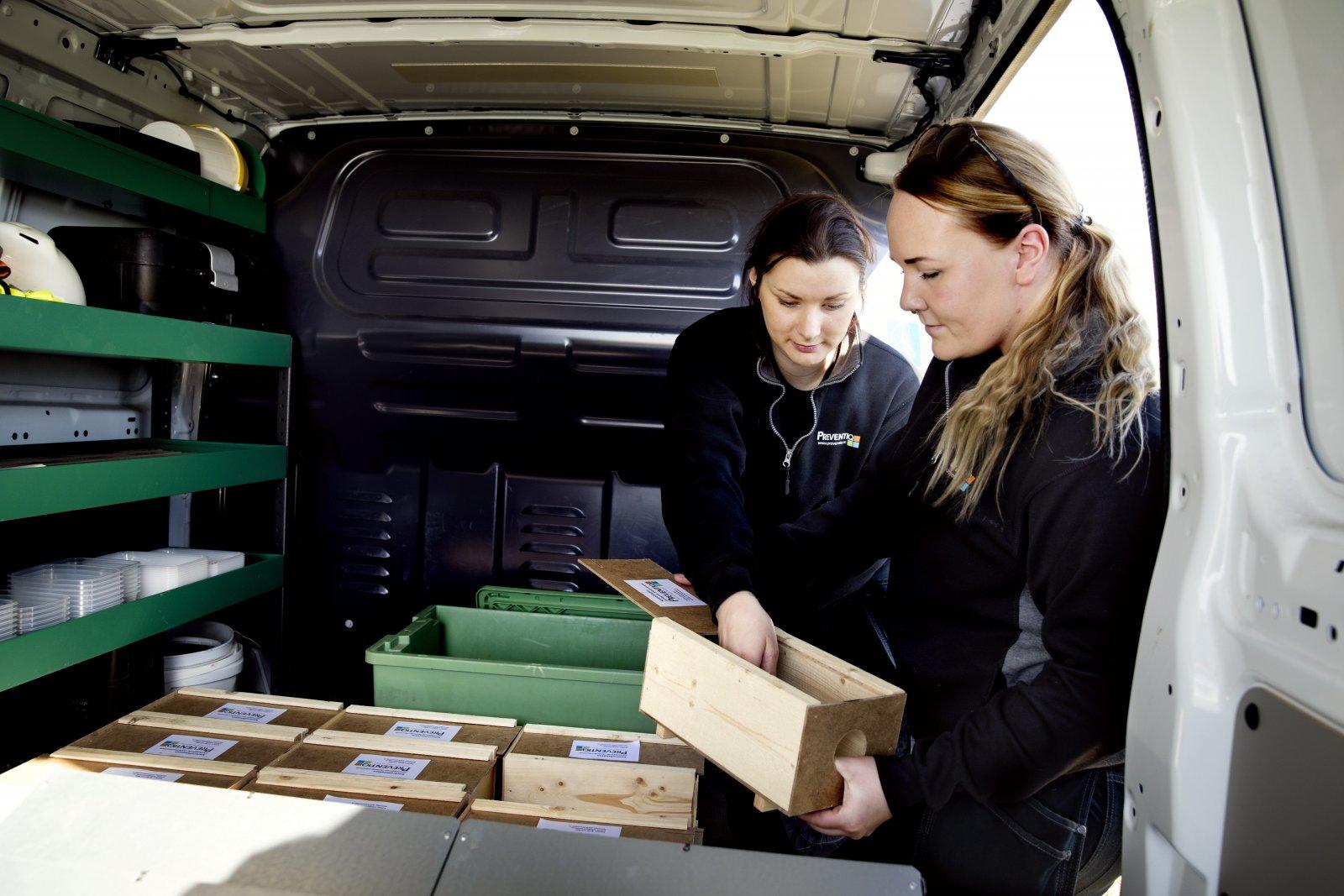 Preventiq AB. Bilarna är utrustade med hyllsystem och hurtsar – här Mimmi Jarl och Sarah Möller. Foto: Emil Malmborg