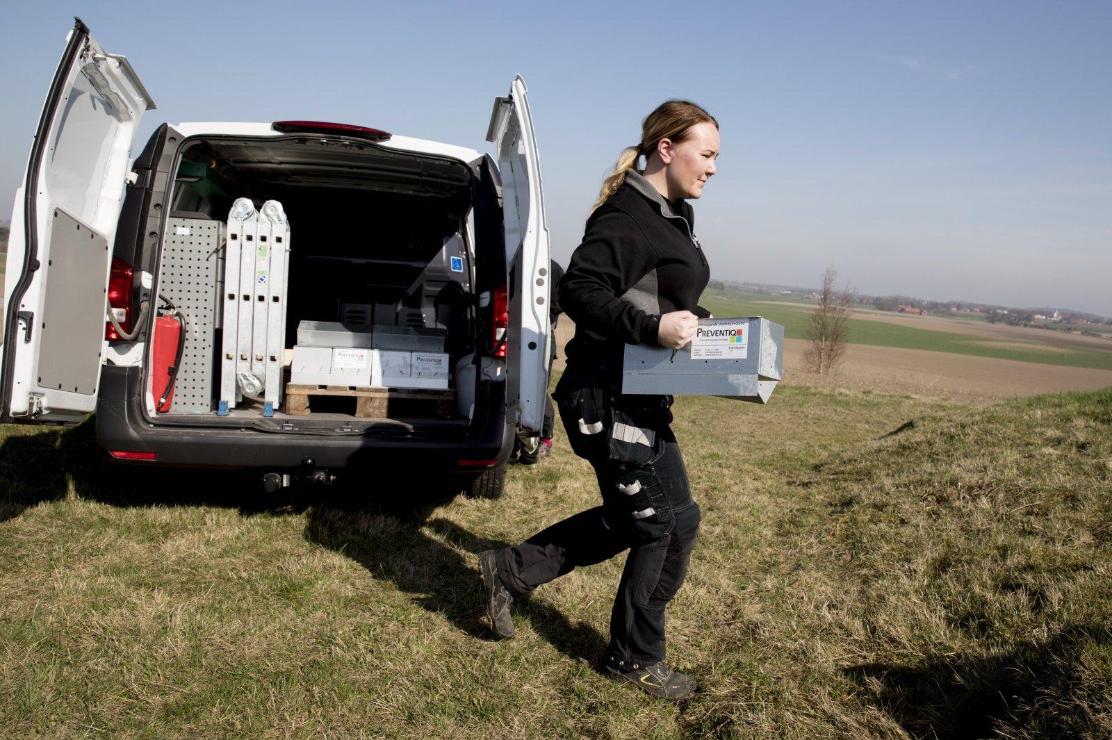 Preventiq AB. Sarah Möller med en råttfälla, fällorna placeras ut på till exempel industrier och lantbruk. Foto: Emil Malmborg