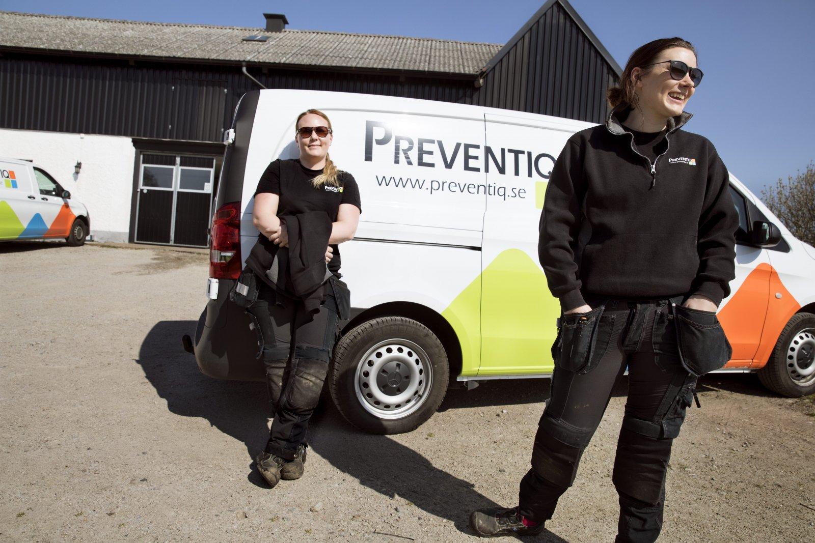 Preventiq AB. Sarah Möller och Mimmi Jarl utanför Preventiqs lokaler i skånska Hötofta. Företaget huserar på en gammal skånegård. Foto: Emil Malmborg